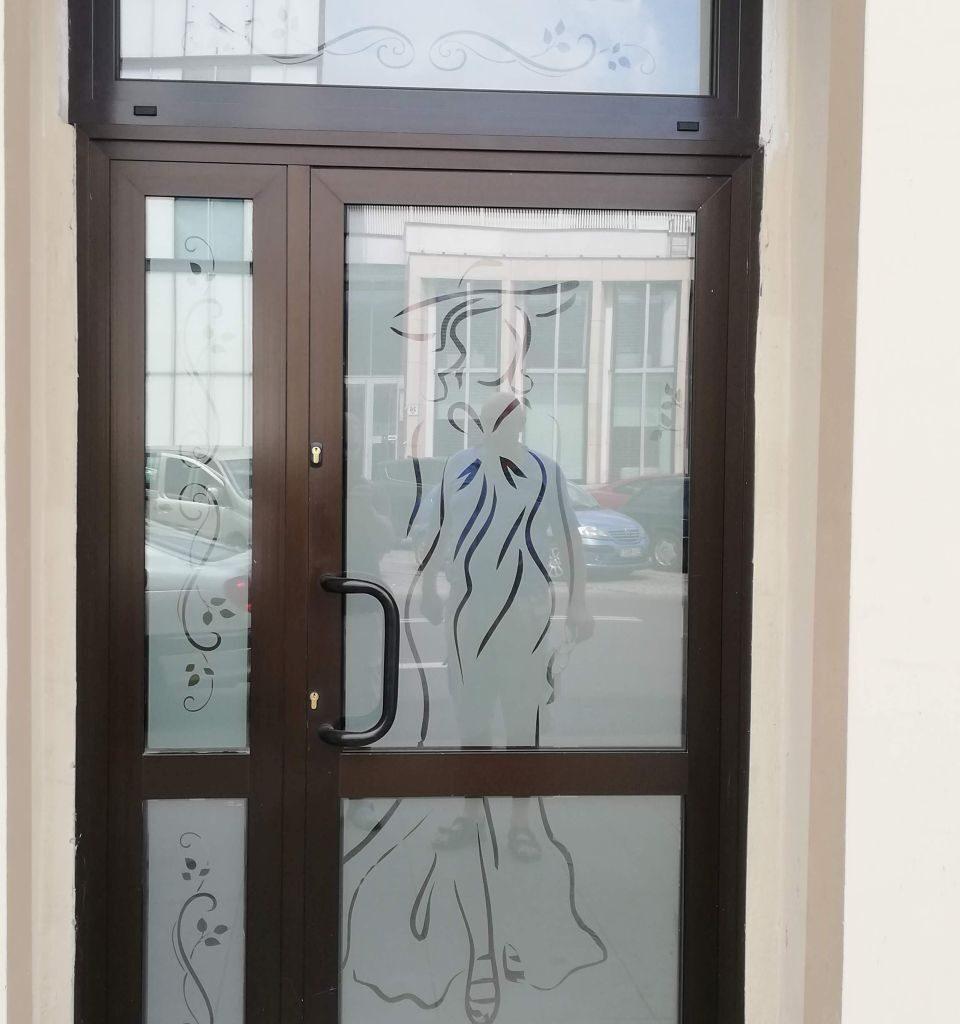 oklejanie witryn okiennych